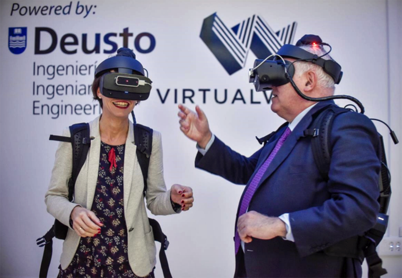El rector José María Guibert y la viceconsejera Estíbaliz Hernáez prueban el laboratorio Virtualware