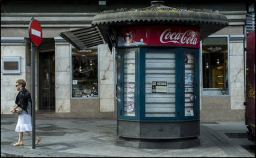 Figura 1. Kiosco cerrado en la Plaza de Poniente, a la salida de la calle Los Molinos. / GABRIEL VILLAMIL.