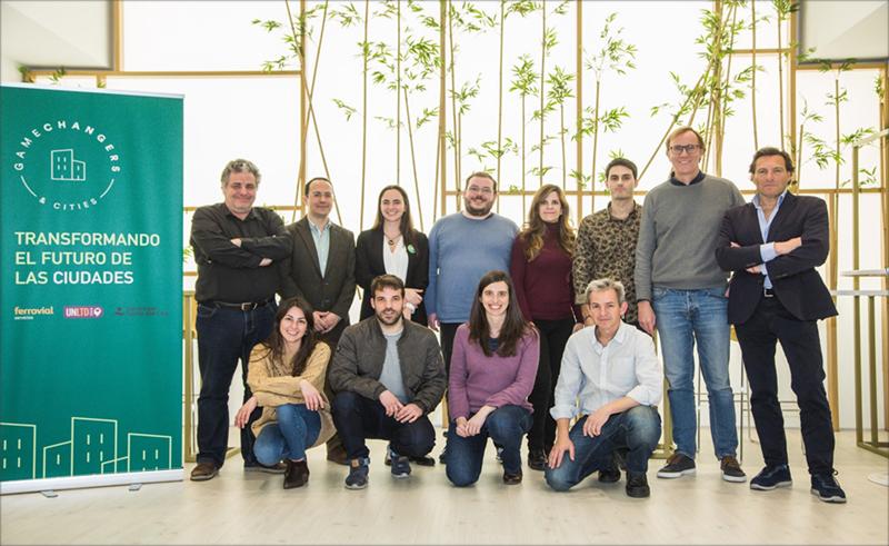 Figura 1. Grupo de los emprendedores participantes en Gamechangers & Cities junto a representantes de Ferrovial Servicios, UnLtd Spain y Universidad Camilo José Cela.