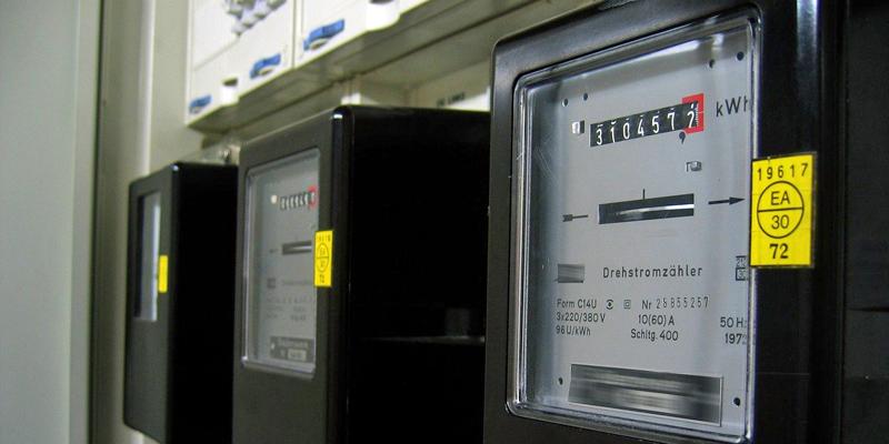 El contador inteligente comunica la información del consumo del suministro a través de una red de telecomunicaciones hasta un centro de procesamiento de datos de la empresa de servicios local.
