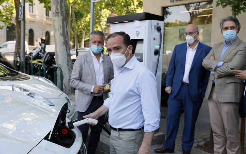 Borja Carabante del Ayuntamiento de Madrid inaugura un nuevo punto de recarga rápida