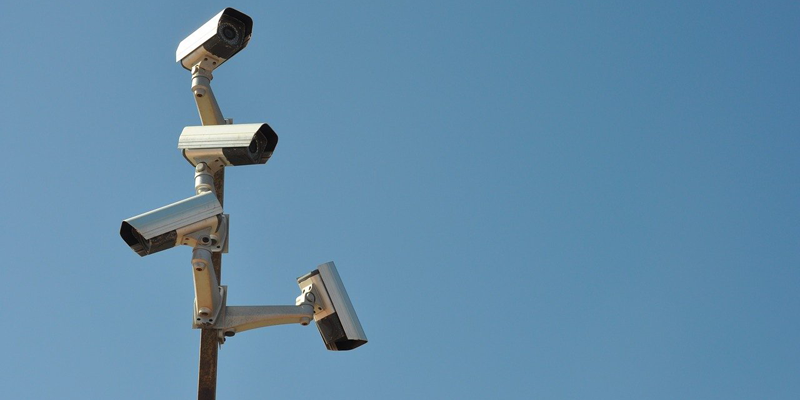 La videovigilancia se implementa en lugares públicos a través de cámaras de vídeo instaladas en zonas clave para diversos fines, como garantizar la seguridad.