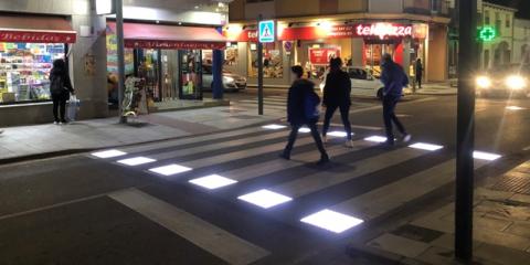 Sistema de pasos de peatones inteligentes (PPI) provisto con señalización activa luminosa y plataforma smart mobility de gestión, explotación y reporte