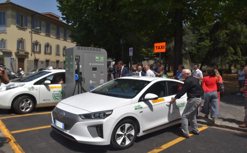taxi eléctrico y punto de recarga en Florencia