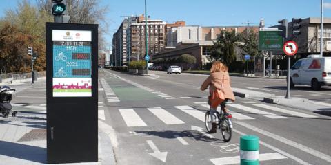 Dinycon implementa un contador de bicicletas y un tótem informativo en el carril bici de Valladolid