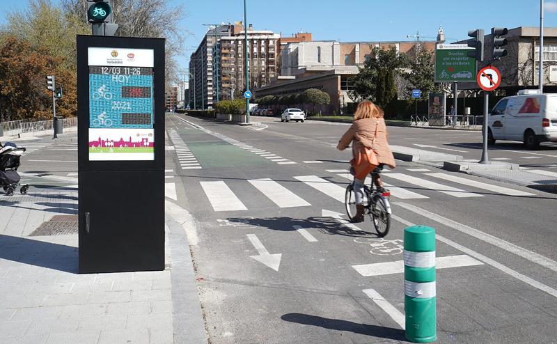 contador de bicicletas y tótem informativo en el carril bici de Valladolid