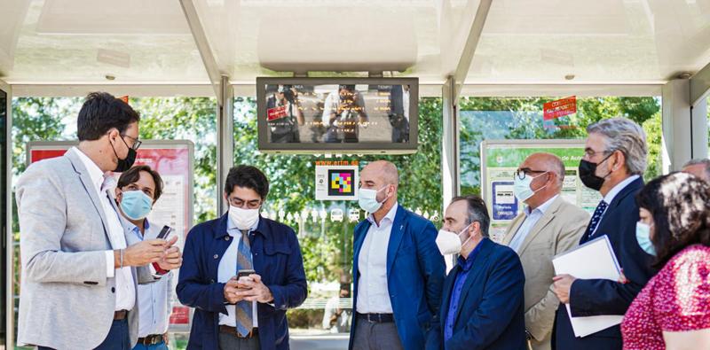 etiquetas Navilens en las paradas de autobús de la Comunidad de Madrid
